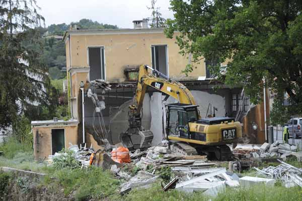 Usine en cours de démolition
